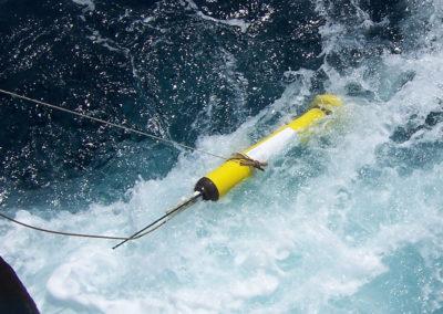 Autonome Driftboje APEX der Teledyne Webb Research Corporation bei der Bergung durch das amerikanische Forschungsschiff RV KNORR