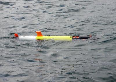 Autonomes Kongsberg HYDROID Unterwasserfahrzeug REMUS 100 vor dem Abtauchen