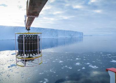 SeaBird Scientific Kranzwasserschöpfer und CTD an Eiskante in polaren Gewässern