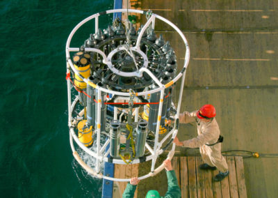 SeaBird Scientific Kranzwasserschöpfer mit CTD und Teledyne RD Instruments Lowered-ADCPs