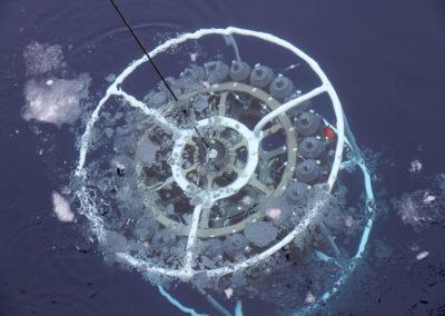 SeaBird Scientific Kranzwasserschöpfer mit CTD unter der Wasseroberfläche im Eismeer