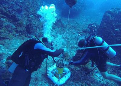 Taucher installieren ein Teledyne RD INSTRUMENTS Workhorse Sentinel ADCP am Meeresboden