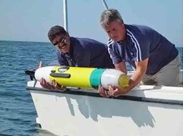 Autonomes Unterwasserfahrzeug REMUS 100 beim Aussetzen von Bord eines Bootes